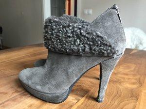 High-Heel Stiefelette mit leichtem Plateau. Velourleder grau-braun mit Fake-Fur Besatz