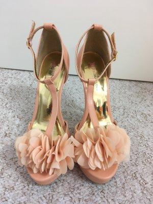 High Heels mit Blumenverziehrung und goldenen Details
