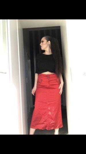 high waist midirock aus rotem seidigem stoff
