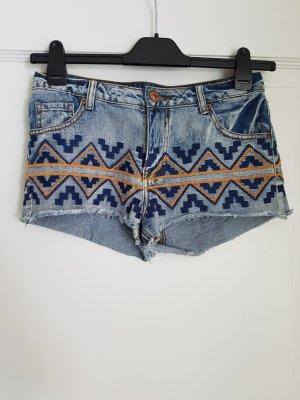 High waist Shorts mit auffälliger Stickerei