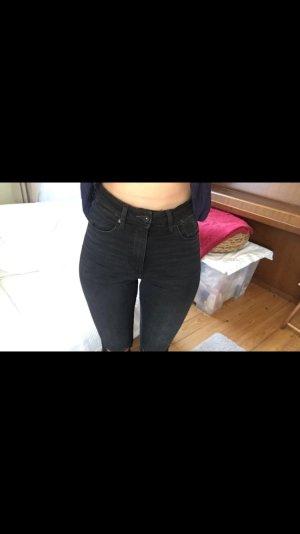 Highwaist Jeans in schwarz mit Löchern