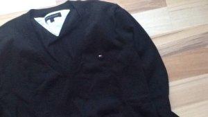 Hilfeger Pullover in schwarz.