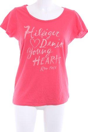 Hilfiger Denim T-Shirt himbeerrot-altrosa Schriftzug gedruckt sportlicher Stil