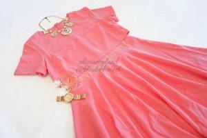 Himbeerfarbenes Kleid mit Mesh Cut Out