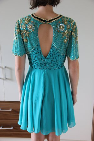 Hingucker-Kleid in kräftigem Türkis mit auffälligen Paillettendetails - Ballkleid