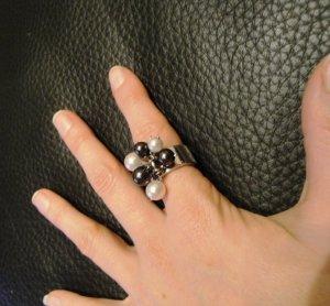 Hingucker- Ring mit Perlen von Aigner