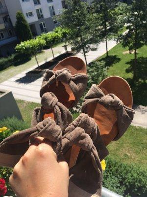 Hippe Knoten Sandalen in Taupe