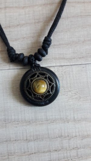 Médaillon doré-noir