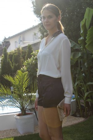 Hoch geschnittene glänzend schwarze Shorts mit Knöpfen