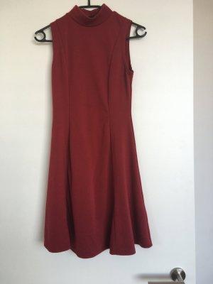 Hochgeschlossenes Kleid in weinrot