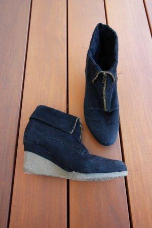 Hochhackige schwarze Stiefeletten