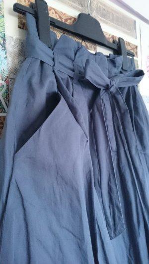 Hochtaillierter Faltenrock mit Schleife und Taschen