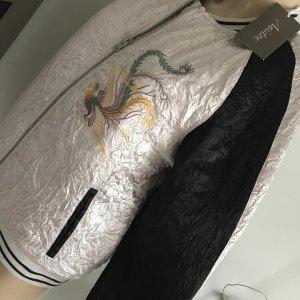 hochwertige Jacke Satin College Asia Style Aniston Stickerei Blouson Gr. L 40 Aniston Damen Satin-College-Jacke im Asia-Stil Gr. 40 neu Blouson aus dem Hause Aniston in leicht glänzender Satinqualität mit Wattierung und Steppfutter versehen. Die Jacke hat