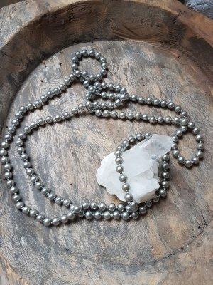 Collier de perles gris clair