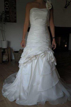 Hochwertiges Brautkleid von Eddy K in asymmetrischer Silhouette in Ivory