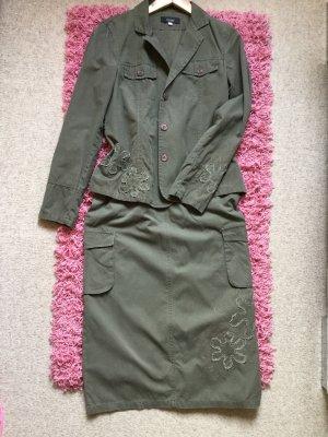Hochwertiges Kostüm, Rock und Blazer, khaki, mit Blumenapplikation