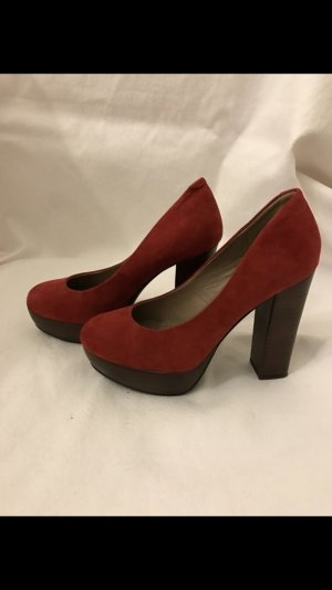 Hohe Pumps in Rot aus Wildleder