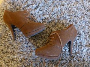 Hohe Schuhe in braunem Leder geschlossen