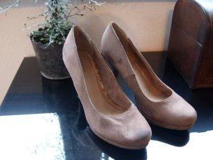 Hohe Schuhe in einem angenehmen beige Ton aus echtem Leder
