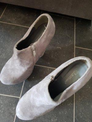 Hohe Schuhe in grau.