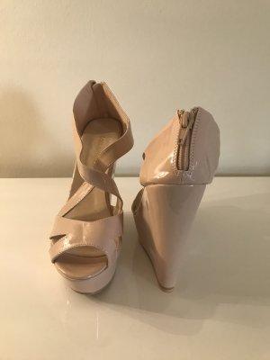 Hohe Schuhe mit Keilabsatz