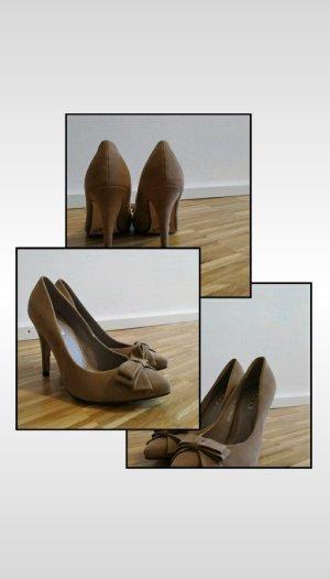 hohe Schuhe mit Schleife