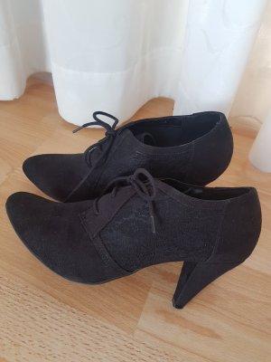 Hohe Schuhe mit Spitze
