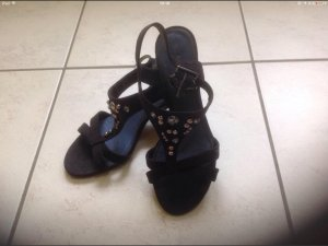 Hohe Schuhe mit Steinchen