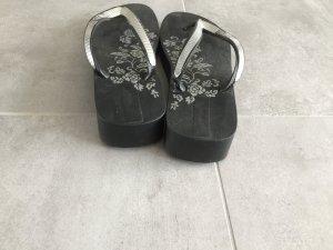Hohe schwarze Flip Flop mit Silber