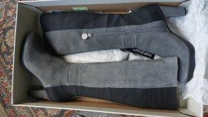Hohe Stiefel aus Wildleder mit Gummieinsätzen *Neu!*
