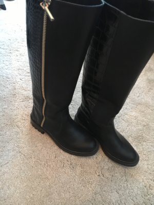 Hohe Stiefel in schwarz