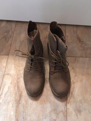 Hohe Stiefel zum schnüren