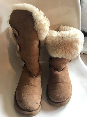 Hohe Ugg Boots mit Knöpfen