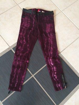 Hose in Dunkel-lila und im Batik-Muster mit Kunstleder-Details von H&M