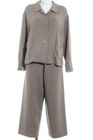 Traje de pantalón marrón claro estilo hippie