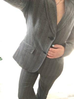 Hosenanzug herbstlich in grau mit zarten Streifen