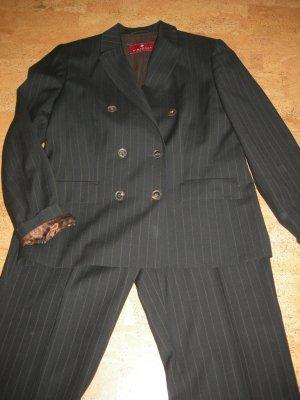 Hosenanzug in schwarz mit cognacfarbene Nadelstreifen