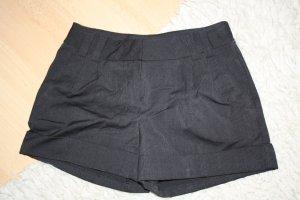 Hot Pants mit feinen Streifen