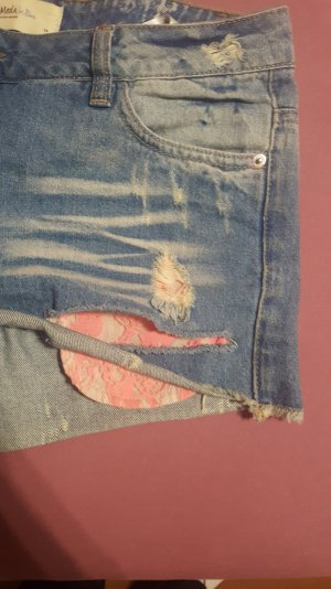 Hot Pants mit pinker Tasche
