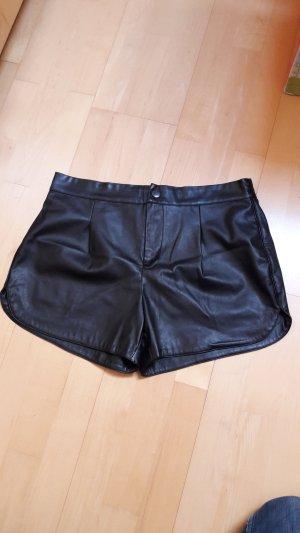 Hotpant aus schwarzem Kunstleder