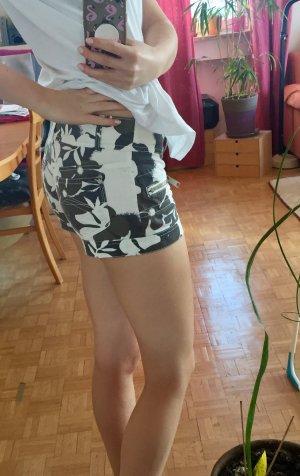 Hotpants/Shorts von Fishbone schwarz, braun, weiß mit Blumenmuster Größe S
