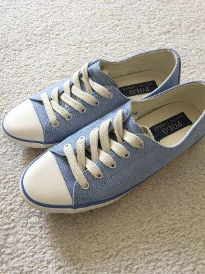 Hübsche Baby-blaue sneaker