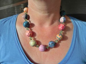 Hübsche Halskette aus bunt gemusterten Kunststoffkugeln