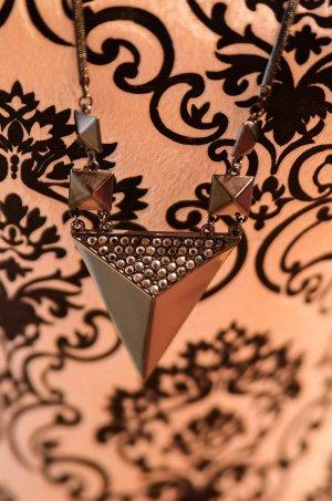 Hübsche Halskette, grau metallic, Dreieck mit Kristallen, Nieten