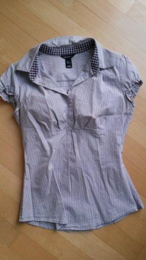 Hübsche kurzärmelige Bluse mit Knöpfchen
