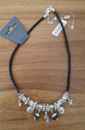 Hübsche Lederband-Kette mit silberfarbenen Anhängern von PILGRIM, Neu
