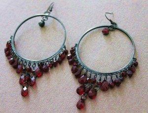 Hübsche Ohrringe mit roten Steinen