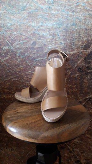 Hübsche Sandalen aus Lederimitat...