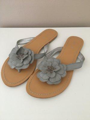 Hübsche Sandalen in grau