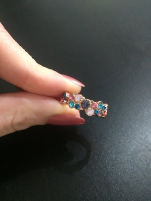 Hübscher Ring mit kleinen Steinchen